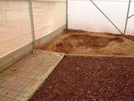 חפירת הבריכה ליד השולחן לנפח מים של 2000 ליטר