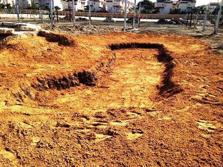 פיזור החול על הקרקעית להגנה מקריעת היריעה
