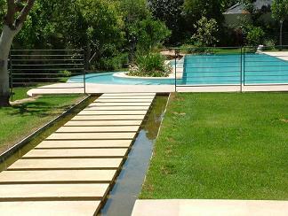 תעלת מים לנוי סביב לבית סביון
