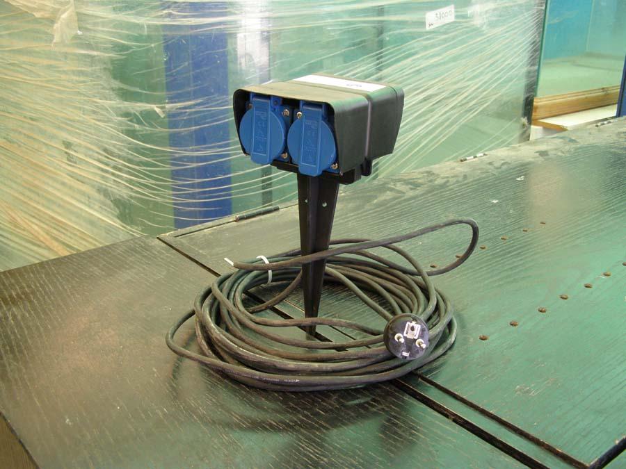 קופסאת חשמל על יתד לבריכות דגים