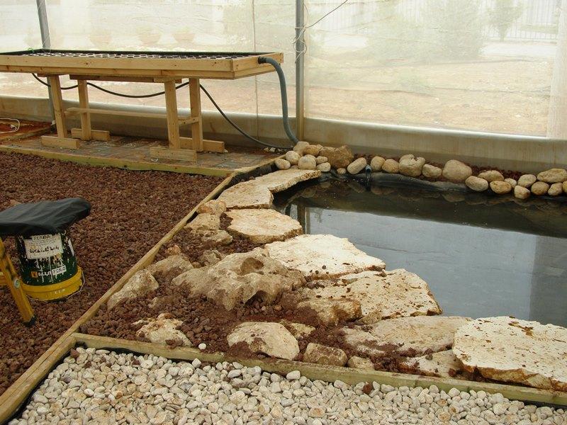 השולחן מקושר אל הבריכה עם צנרת החזרת המים