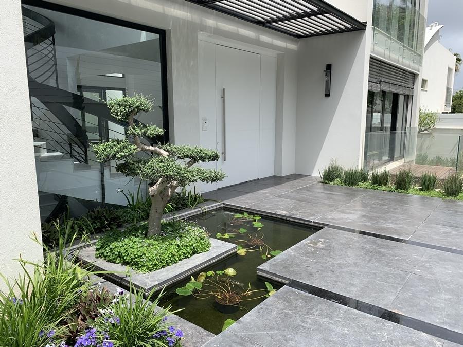 תעלת מים בכניסה לבית בהרצליה